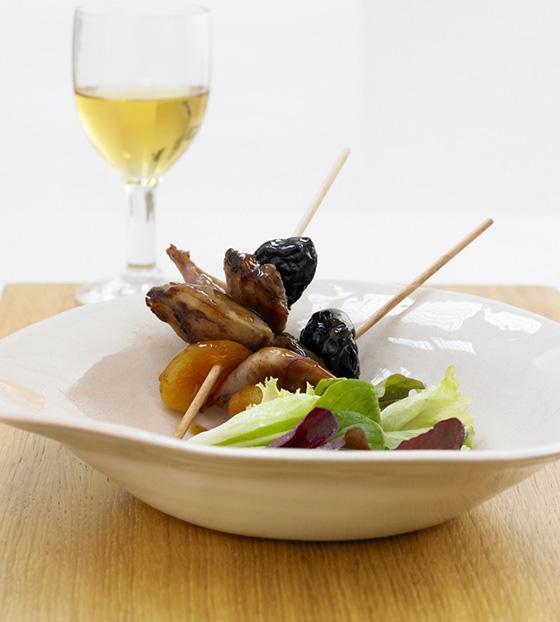 Mini brochette de caille grillée aux fruits secs et fèves de Tonka